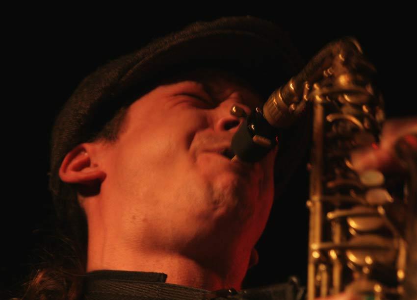 Marijn Freeve op saxofoon voor saxofoonles